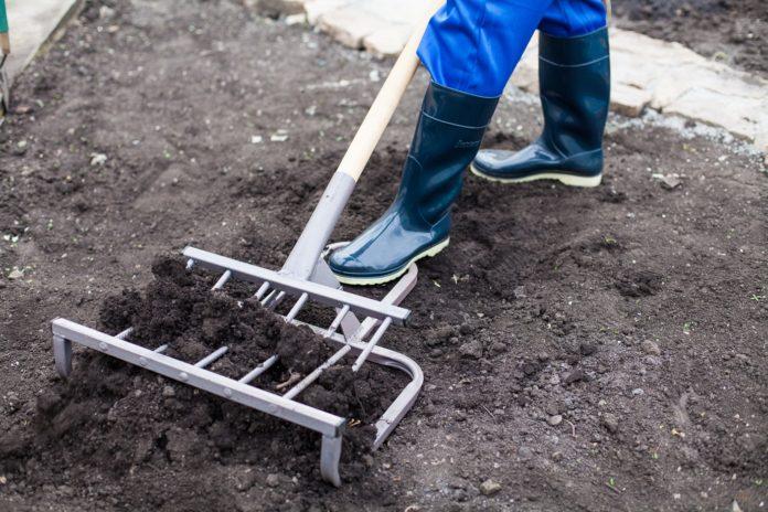 Лопаты и вилы для копки земли