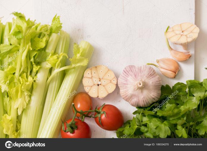 Сельдерей с овощами и зеленью